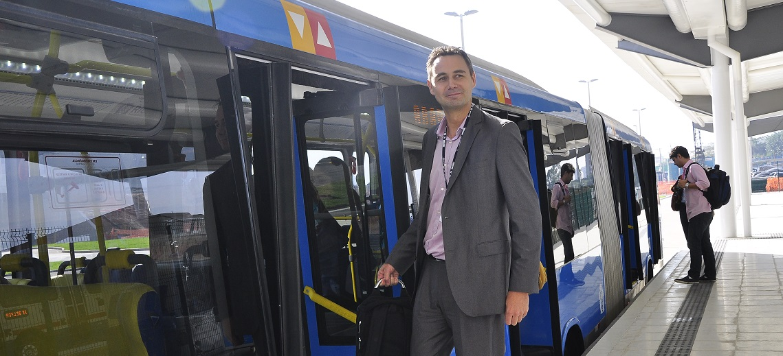 EMBARQ Director Holger Dalkmann boards TransOeste BRT. Photo by Mariana Gil/EMBARQ Brazil.