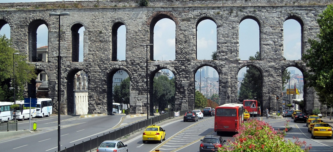 Valens Aqueduct in Istanbul, Turkey. Photo by Enric Archivell/Flickr.