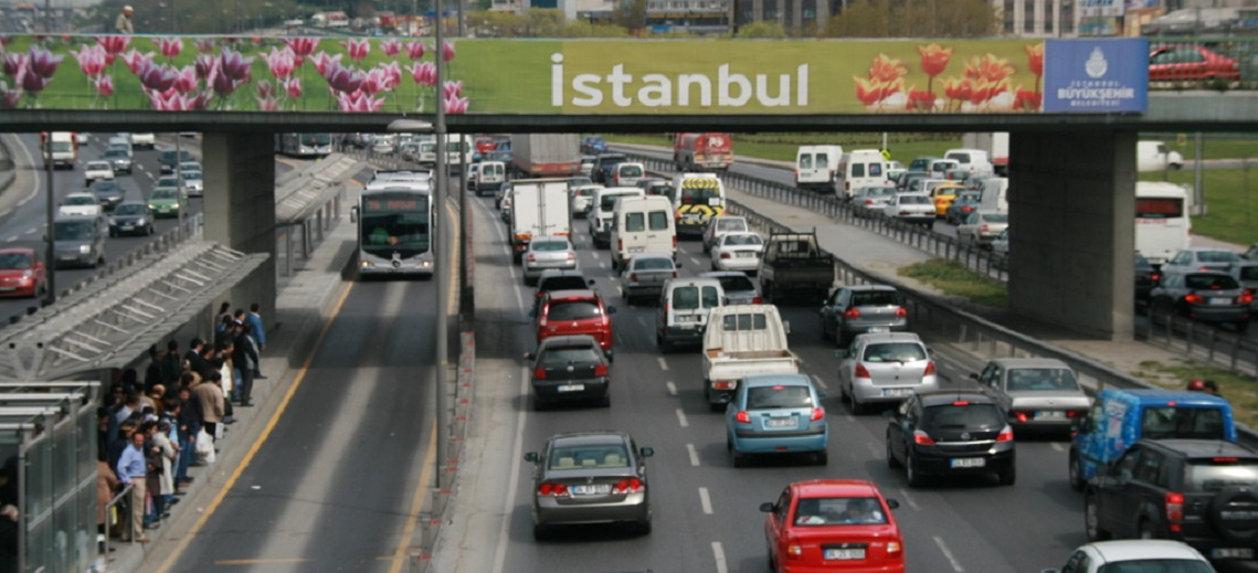 Metrobus dedicated bus lane, Istanbul, Turkey. Photo by EMBARQ.