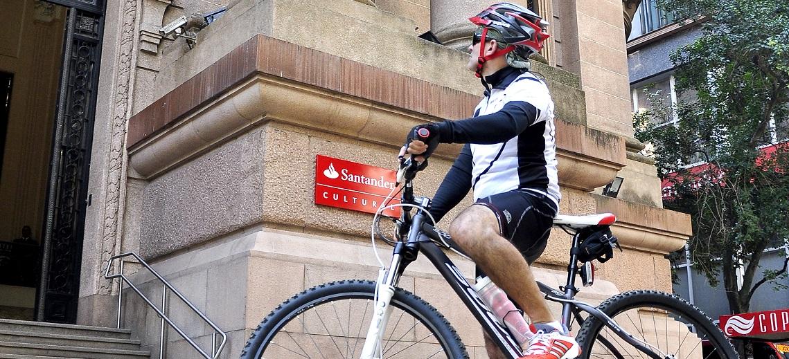 Cyclist in historic Porto Alegre, Brazil. Photo by Mariana Gil/EMBARQ Brazil.