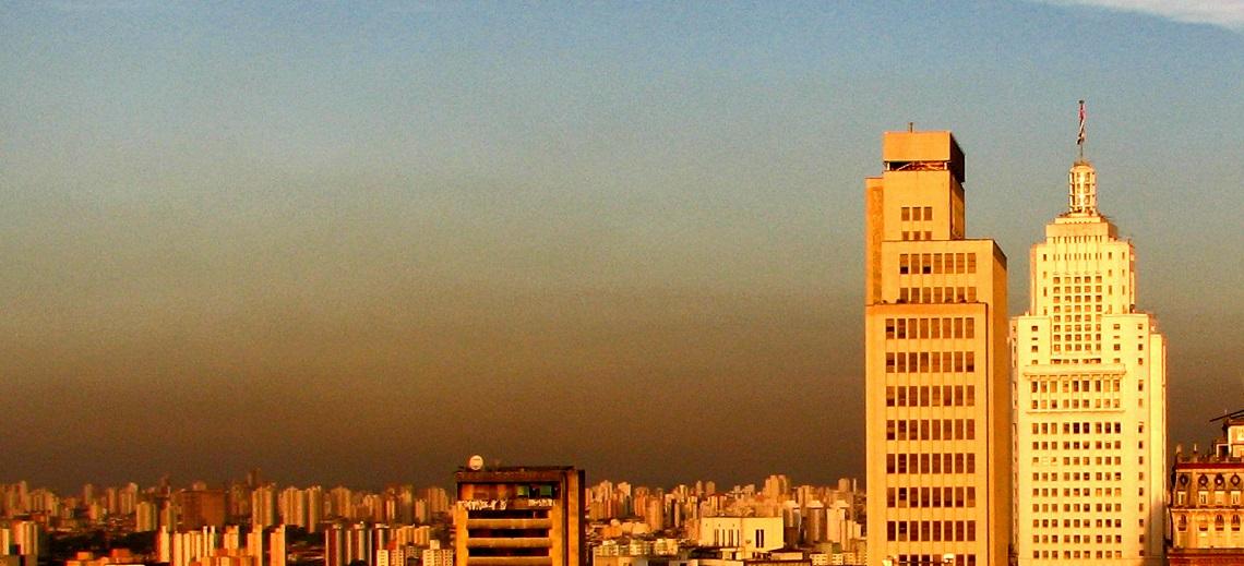 Smog engulfs São Paulo, Brazil. Photo by gaf.arq/Flickr.