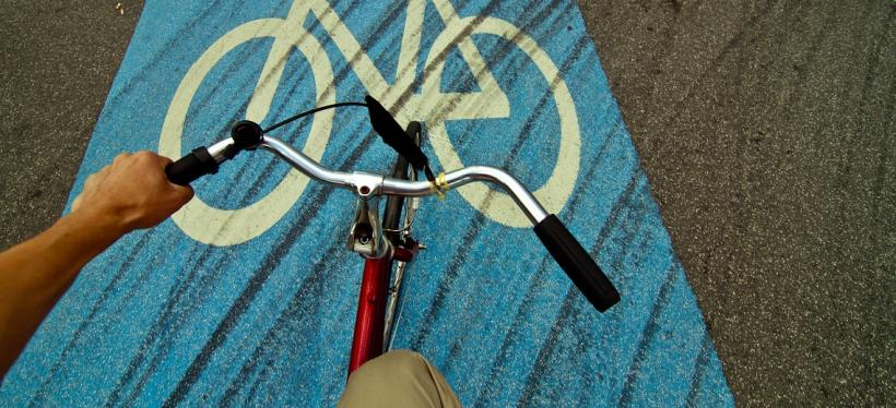 Cyclist pedals in bike lane. Photo by Claudio Olivares Medina/Flickr.