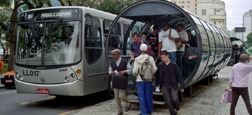 Curitiba BRT Tube Station. Photo by Fabio Mascarenhas/Flickr.
