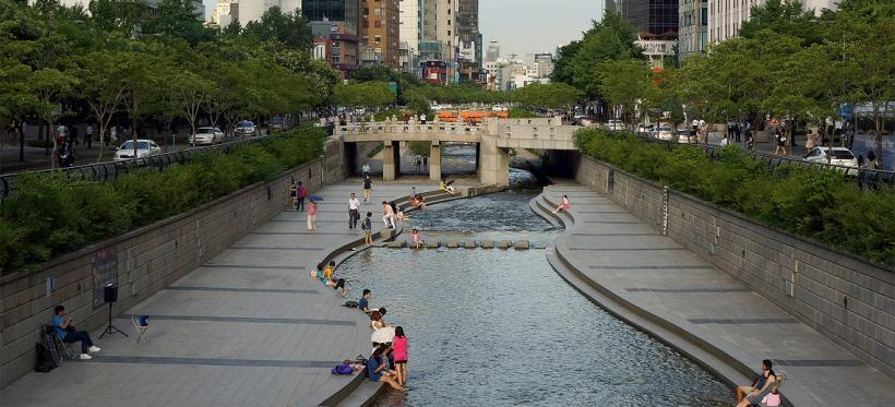 Cheonggyecheon public recreation space in Seoul, South Korea. Photo by longzijun/Flickr.