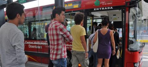 Boarding Metrobús BRT in Mexico City. Photo by Mariana Gil/EMBARQ Brazil.