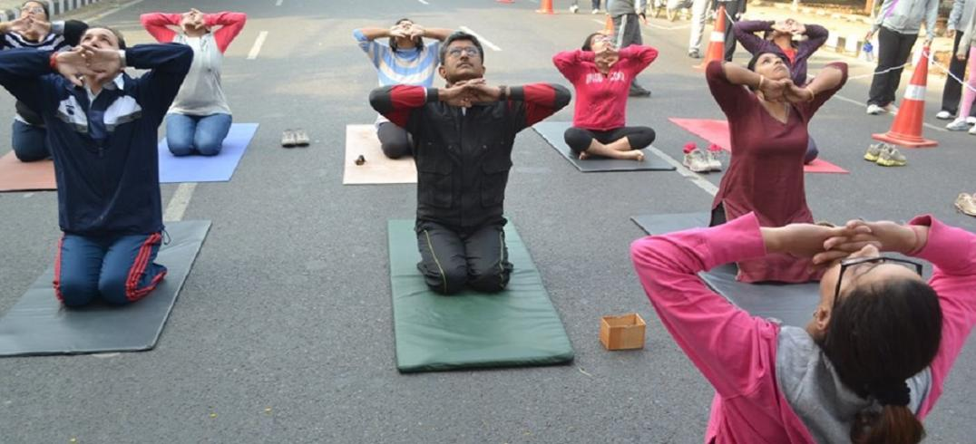 Yoga at Raahgiri Day. Photo by EMBARQ.